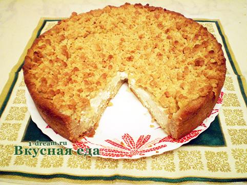 Вкусный кусок пирога с творогом