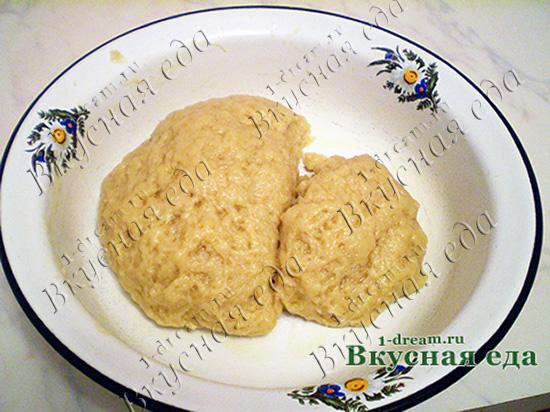 Резделить тесто для песочного пирога с творогом