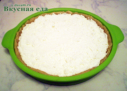 Выложить начинку для песочного пирога с творогом