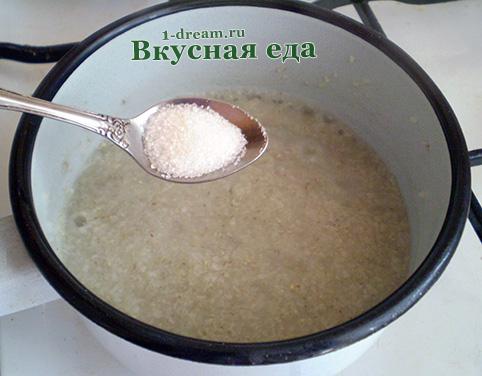 Положитть сахар в ячневую кашу