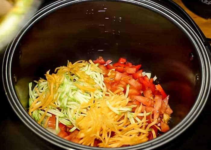 Положить морковь и кабачок