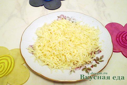 Натереть сыр для гречневой каши