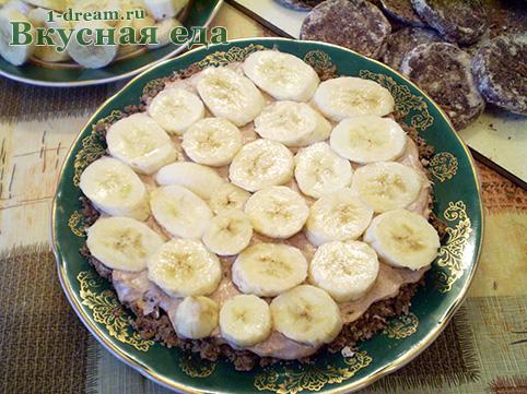 Первый слой бананов в торте из пряников