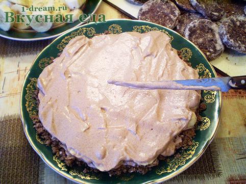 Мажем крем на торт из пряников