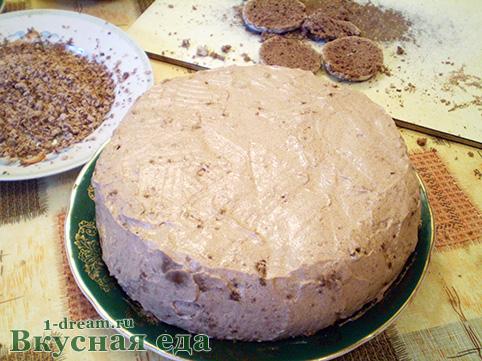 Размазываем крем на школадном торте без выпечки