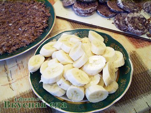 Нарезать бананы для торта из пряников