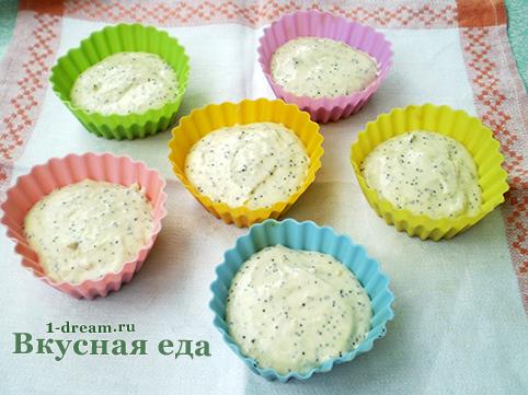 Тесто для лимонного кекса положить в форму