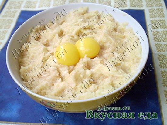 В картошку для драников добавить желток