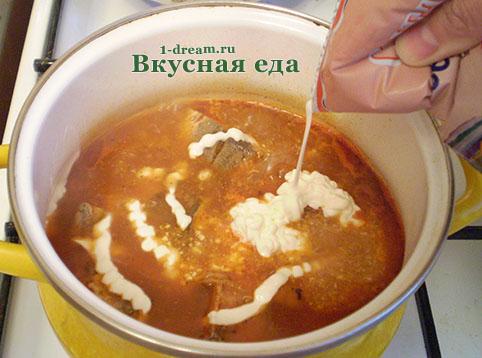 Положить сметану в горбушу в томатном соусе