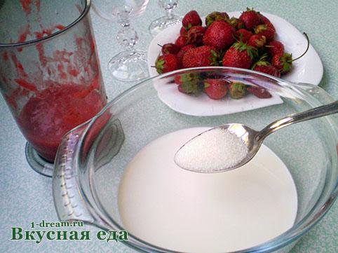 Положить сахар в сливки для клубничного суфле