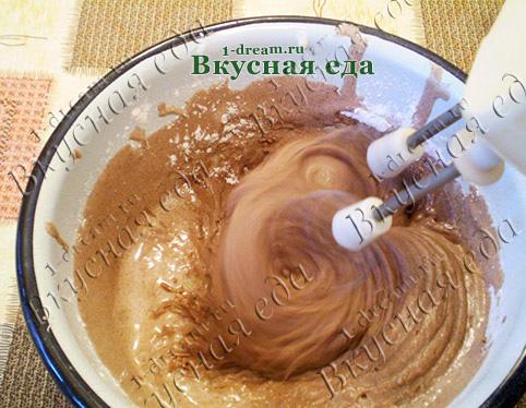 Перемешать тесто для домашнего торта