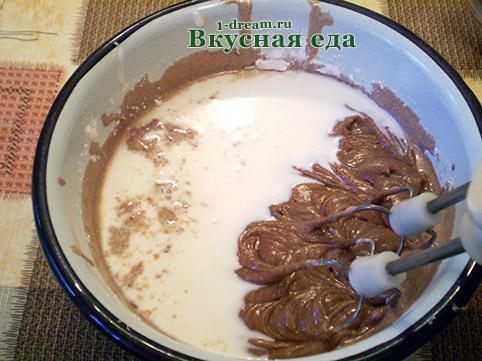 Вылить молоко в тесто для домашнего торта