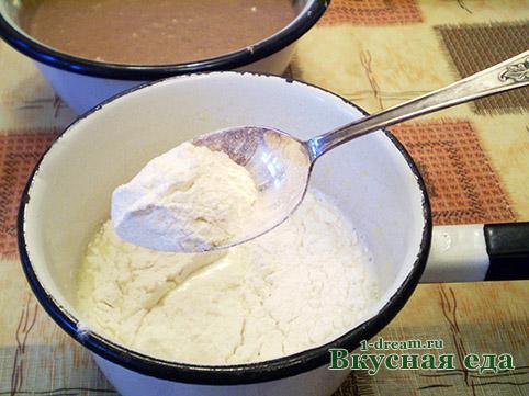 Положить муку в крем для домашнего торта