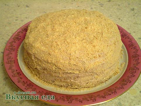 Посыпать вкусный домашний торт печеньем