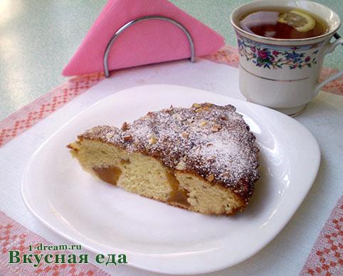 Кусок пирога с персиками