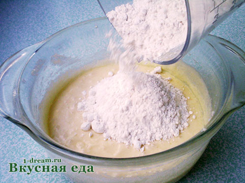 Положить муку в тесто для пирога с персиками