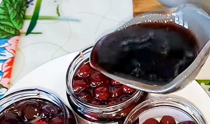 Залить сиропом вишню