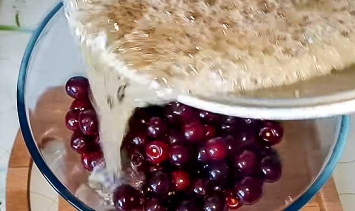 Залить вишню кипящим сиропом