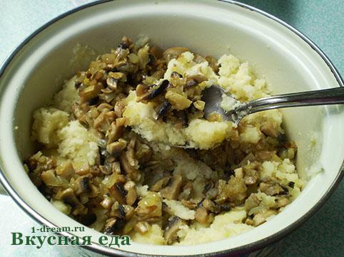 Делаем начинку для вареников с картошкой и грибами