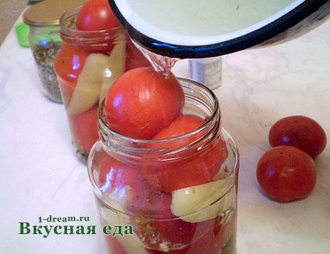 Налить рассол в банку с помидорами