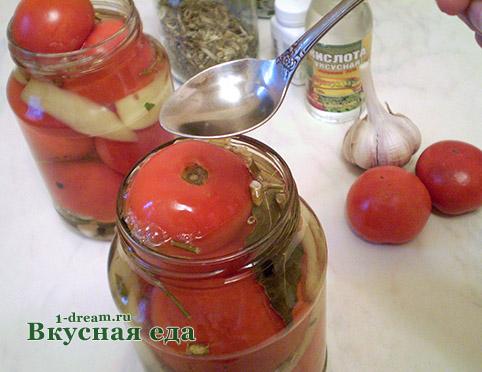 Вылить уксус в помидоры