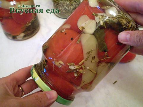 Помешать уксус в маринованных помидорах