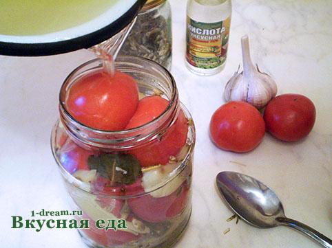 Льем в помидоры маринад