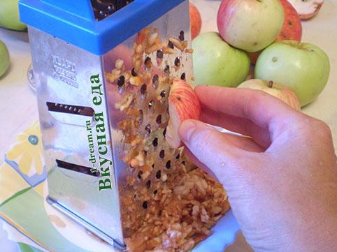 Трем яблоки для дрожжевого пирога