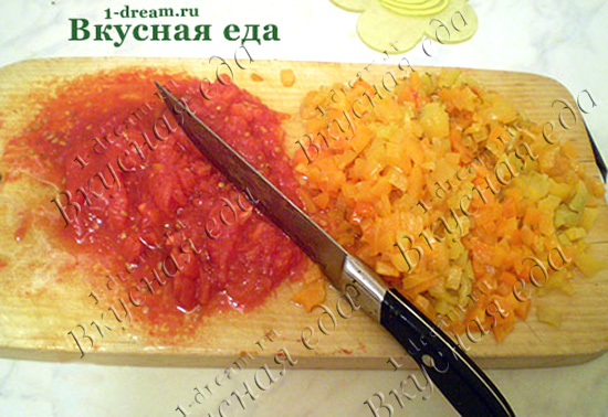Нарезать перец и помидоры для икры из баклажанов