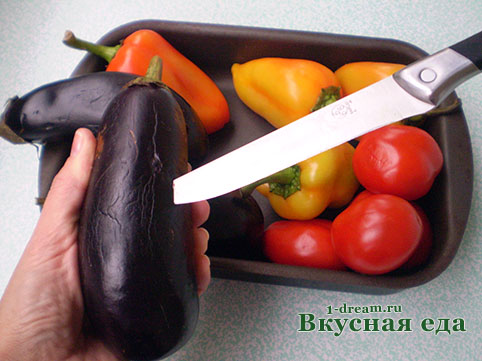 Баклажаны  для икры протыкаем ножом