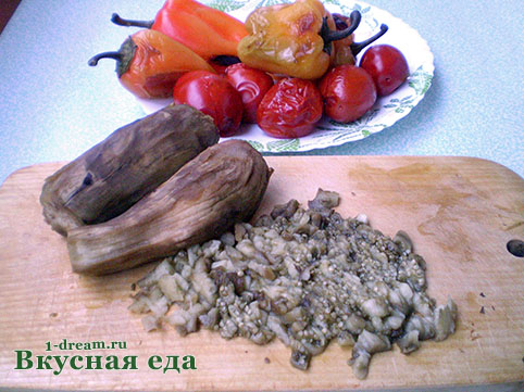 Режем печеные баклажаны для икры