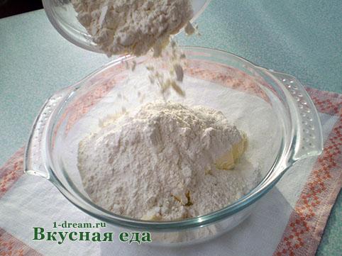 Добавить муку в песочное тесто