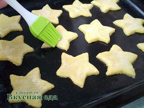 Помазать песочное печенье
