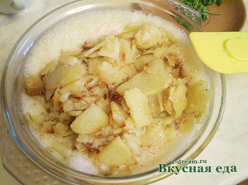 Выкладываем картофель во взбитые яйца
