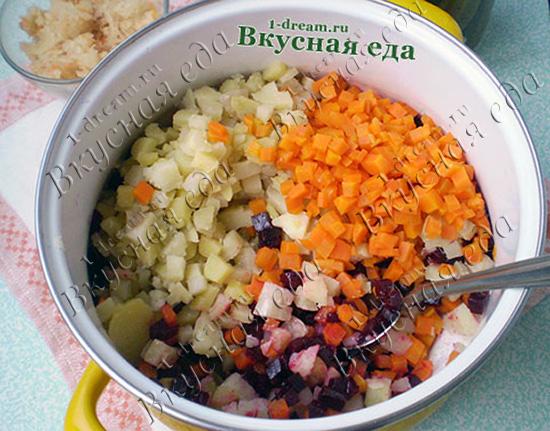 Положить все овощи для винегрета в кастрюлю