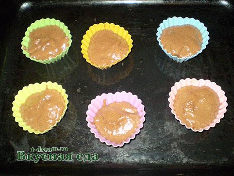 Положить тесто в кексовые формы
