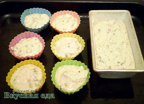 Выкладываем тесто для кексов в формы