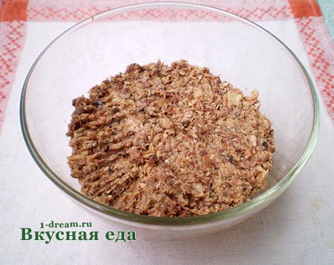 Слой рыбы - сайры в салате мимоза