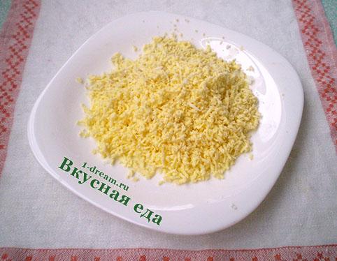 Трем желтки для салата мимоза с сайрой
