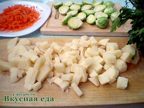 Нарезать картофель для супа с брюссельской капустой