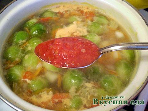 Положить заправку из помидоров в суп