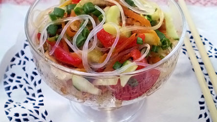 Салат с курицей, фунчозой и овощами