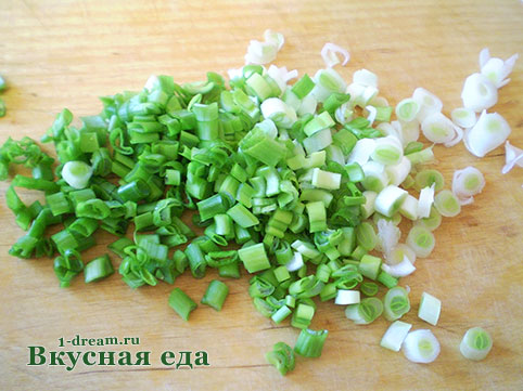 Нарезать лук зеленый