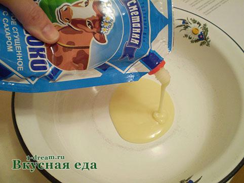 Вылить в тесто для торта сгущенку