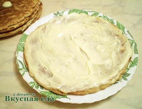 Намазать коржи для торта кремом