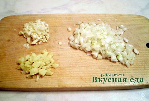 Нарезать овощи для кисло-сладкого соуса