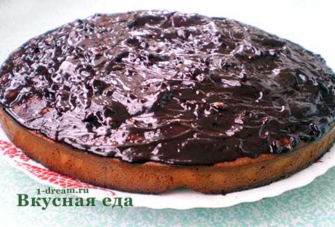 Намазать шоколадной глазурью торт