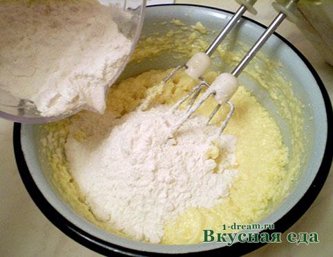 Добавить муку в тесто для грушевого пирога