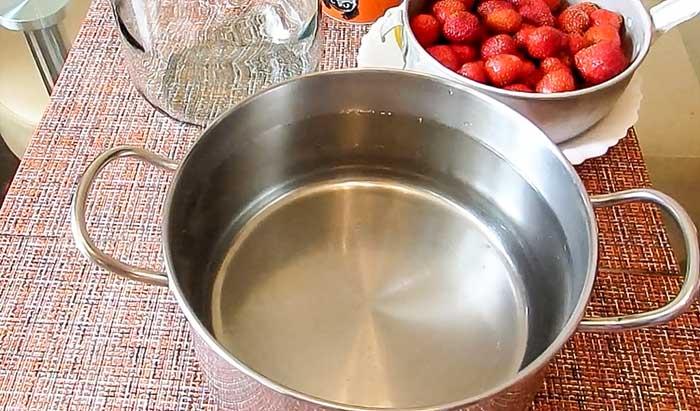 Вода для компота из клубники