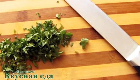 Нарезать зелень для рулетов из кабачков